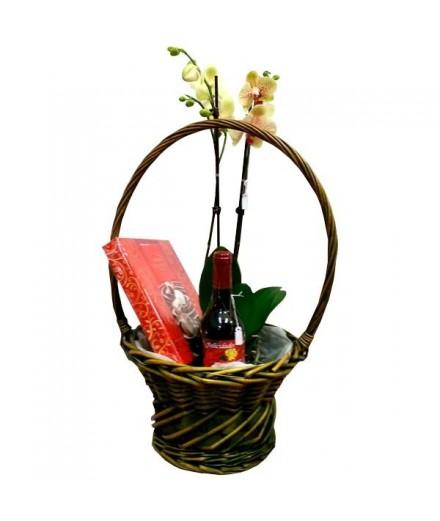 Cesta de Orquideas con vino y bombones